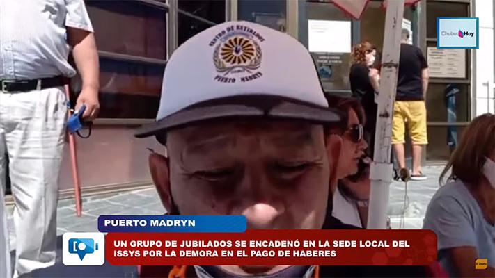 Un grupo de jubilados se encadenó en la sede local del ISSyS