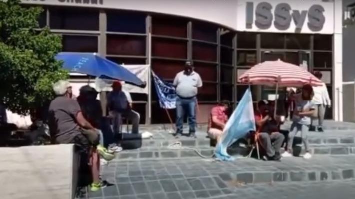 Jubilados se encadenaron en la sede del ISSyS por la demora en el pago de haberes