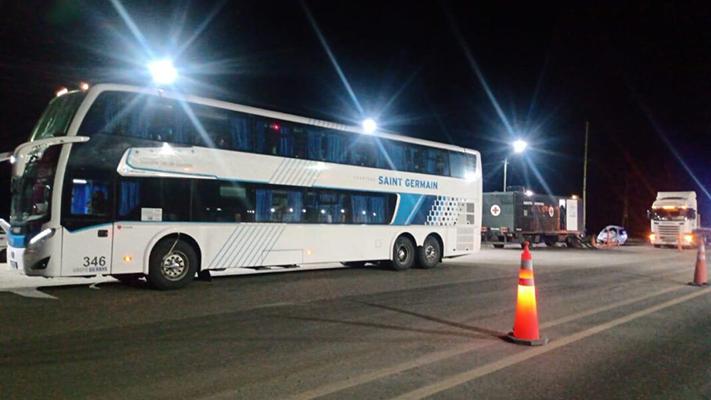 Santa Cruz: Detuvieron a un ómnibus con 25 jubilados contagiados de COVID-19