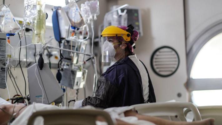 Los casos diarios de Covid descendieron 40% en el último mes en la Argentina
