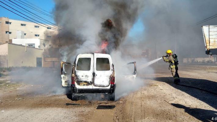Las llamas consumieron un utilitario en la zona norte de Madryn